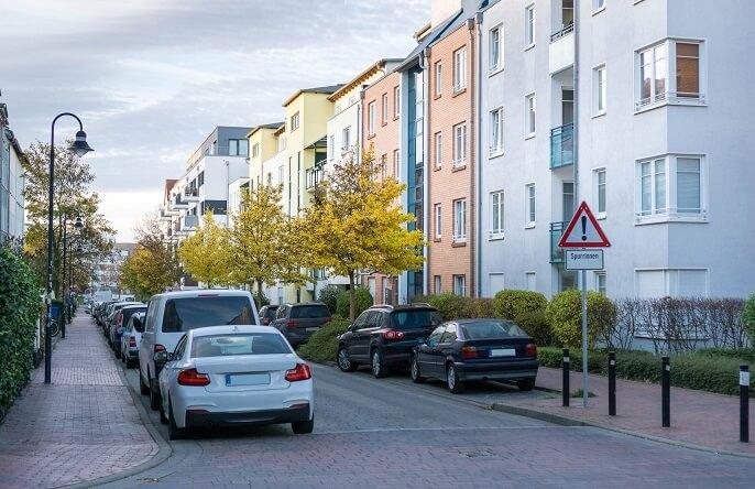 Strae mit parkenden Autos und Wohnhuser in einer Stadt - Rostock